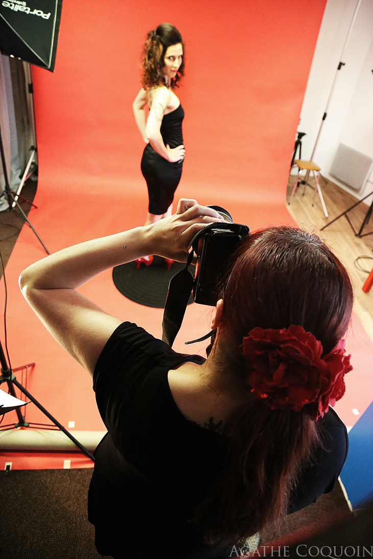 Backstage shooting pin-up – dans les coulisses d'une séance photo en studio.