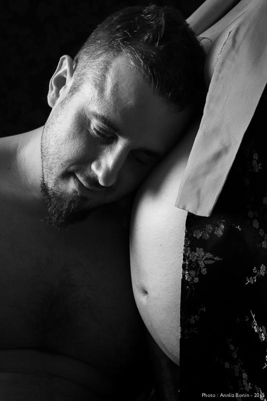 shooting tendresse pour deux futurs parents – photos de grossesse en studio à Caen