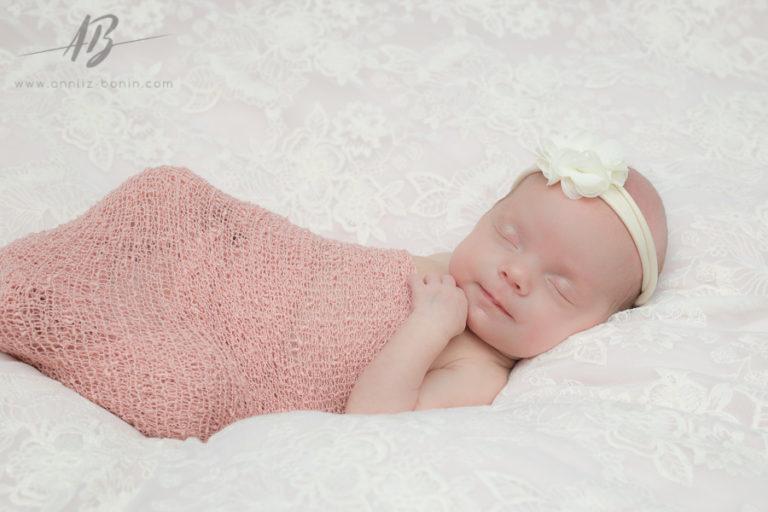 Juliette, beige rosé et rose poudré – photos de naissance à Caen