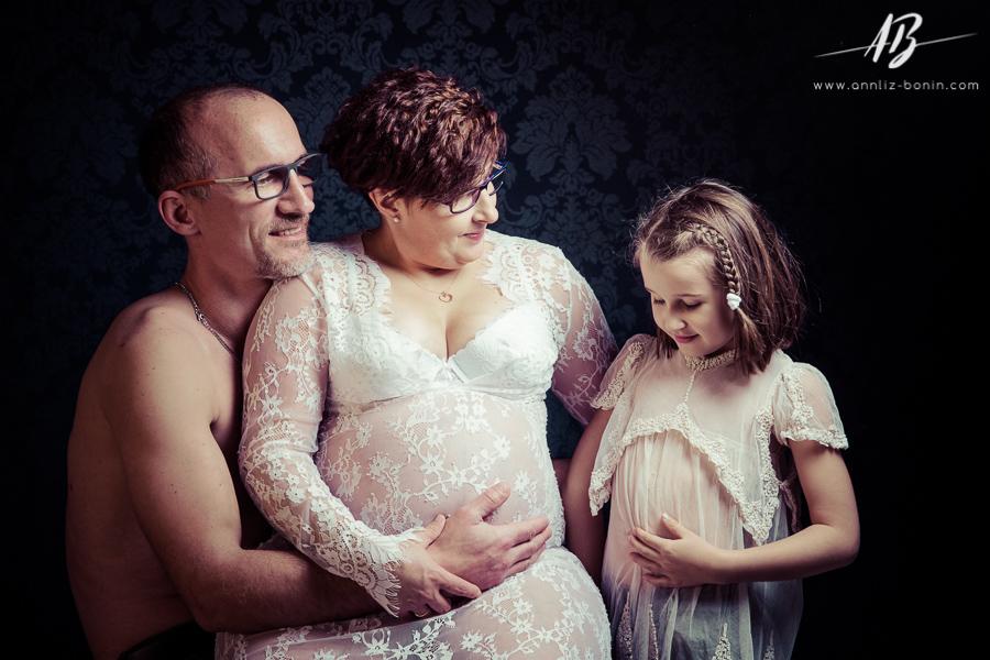 Cécile et sa famille – séance photo de grossesse en studio