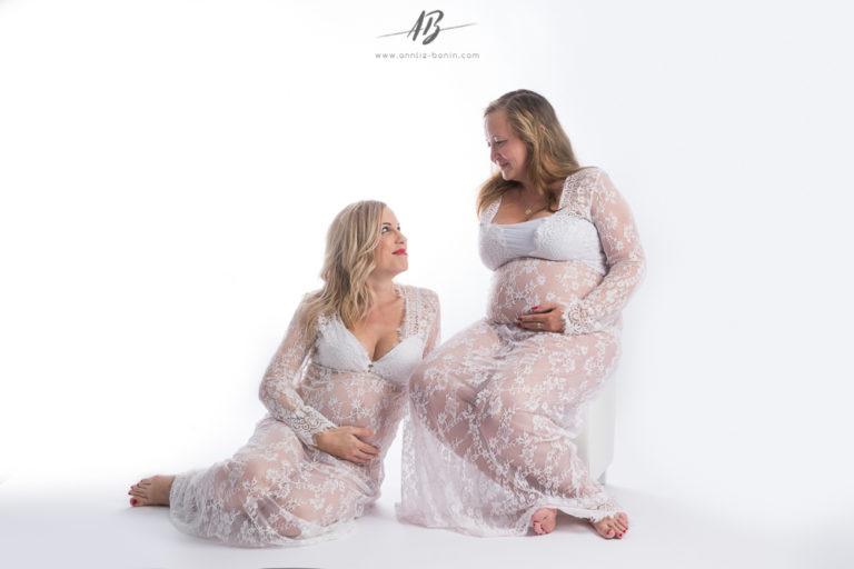 Photos de grossesse entre sœurs – photo femme enceinte en studio à Caen